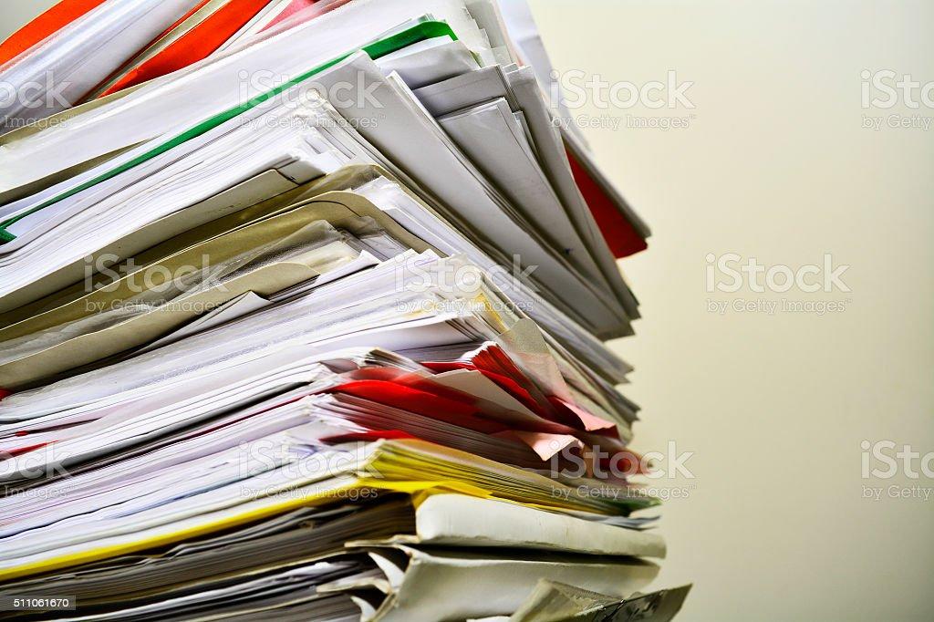 Pila de archivos en su escritorio - foto de stock