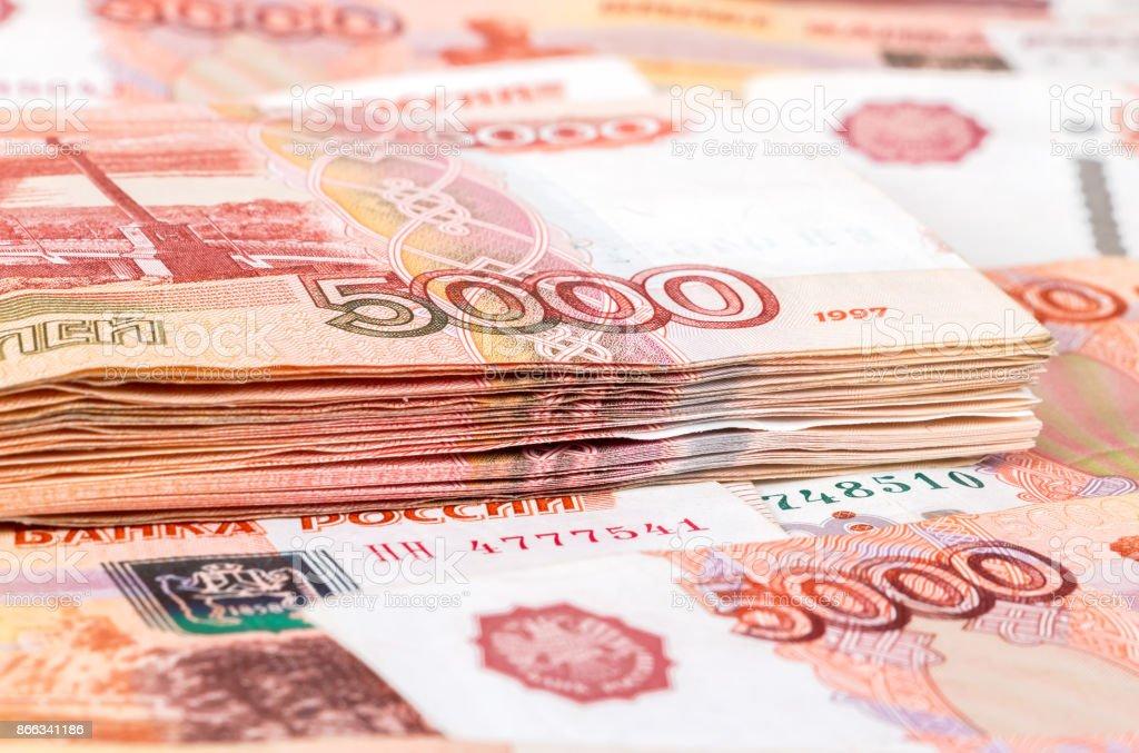 Pila de billetes de cinco milésimas de rublos rusos de cerca - foto de stock