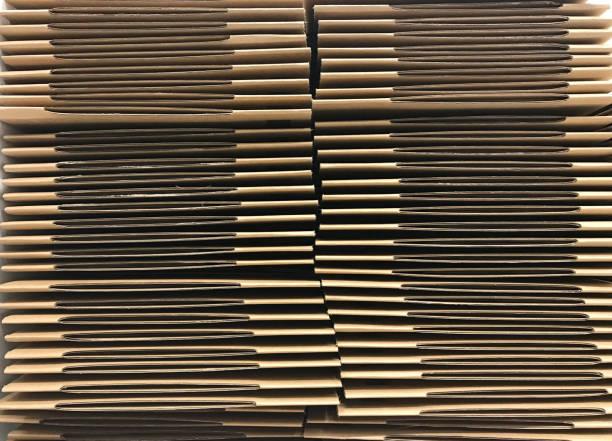 stapel von falte braunen karton oder karton, vorderansicht - box falten stock-fotos und bilder