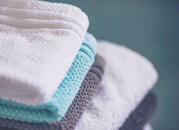 stapel von frisch gewaschen handtücher, waschlappen - minimalbadezimmer stock-fotos und bilder