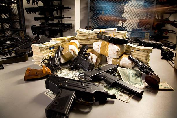 pila di armi, il traffico di stupefacenti, e denaro - droghe ricreative foto e immagini stock