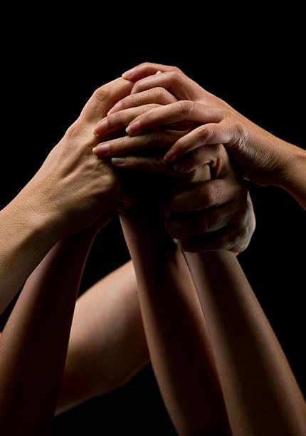 pila di mani sopra nero - mano donna dita unite foto e immagini stock