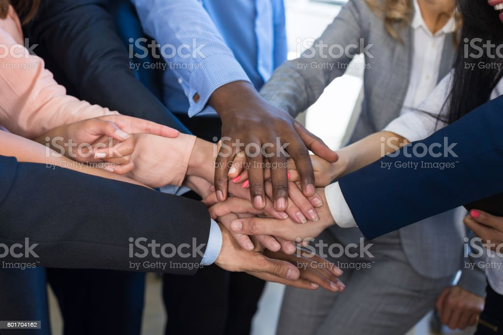 Stapel von Händen, Teamwork, Business Menschen Konzeptgruppe Beitritt Arme In Haufen, bunt gemischten Teams von Geschäftsleuten zusammenarbeiten – Foto