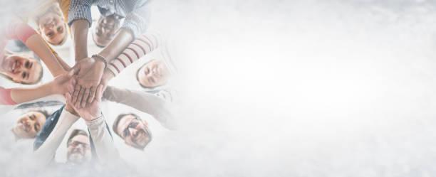 stapel von händen. einheits- und teamwork-konzept. - scyther5 stock-fotos und bilder