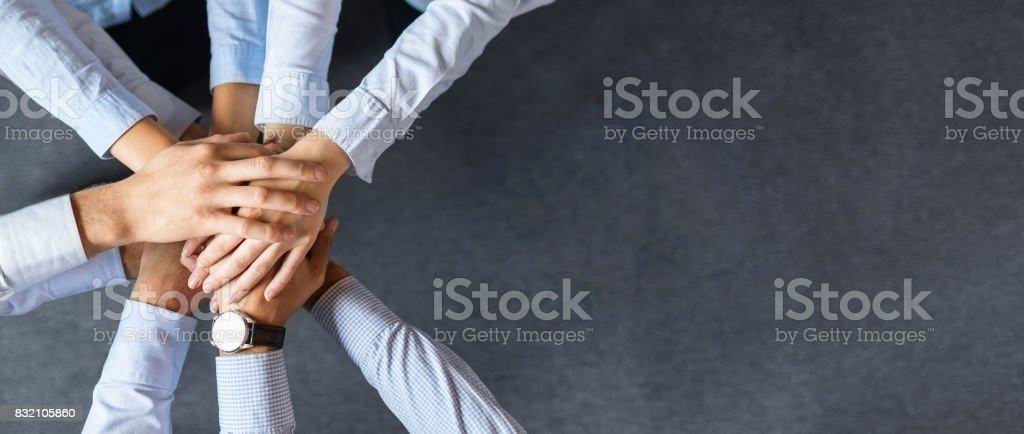 Pila de manos. Concepto de unidad y trabajo en equipo. foto de stock libre de derechos
