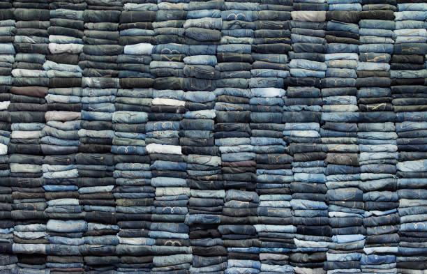 stack of jeans - przemysł włókienniczy zdjęcia i obrazy z banku zdjęć