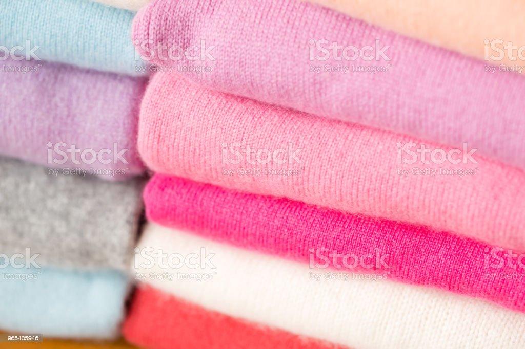 다양 한 색상의 니트 스웨터의 스택이 있다. - 로열티 프리 가을 스톡 사진