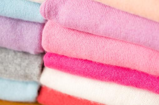 다양 한 색상의 니트 스웨터의 스택이 있다 가을에 대한 스톡 사진 및 기타 이미지