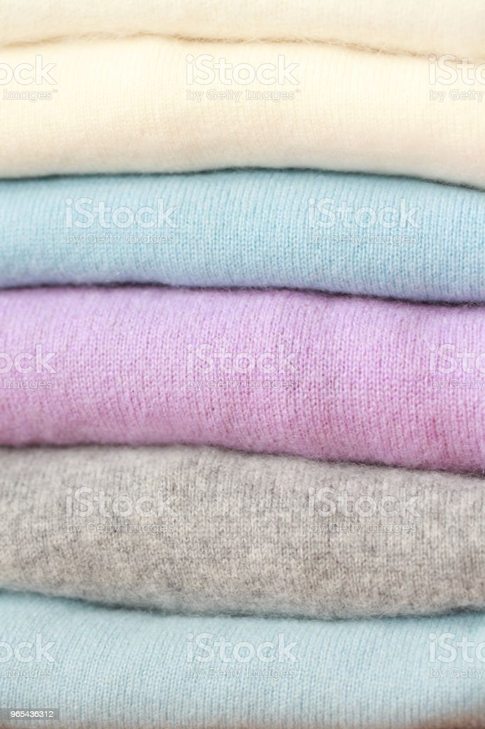 一疊不同顏色的針織毛衣在說謊。 - 免版稅全畫面圖庫照片