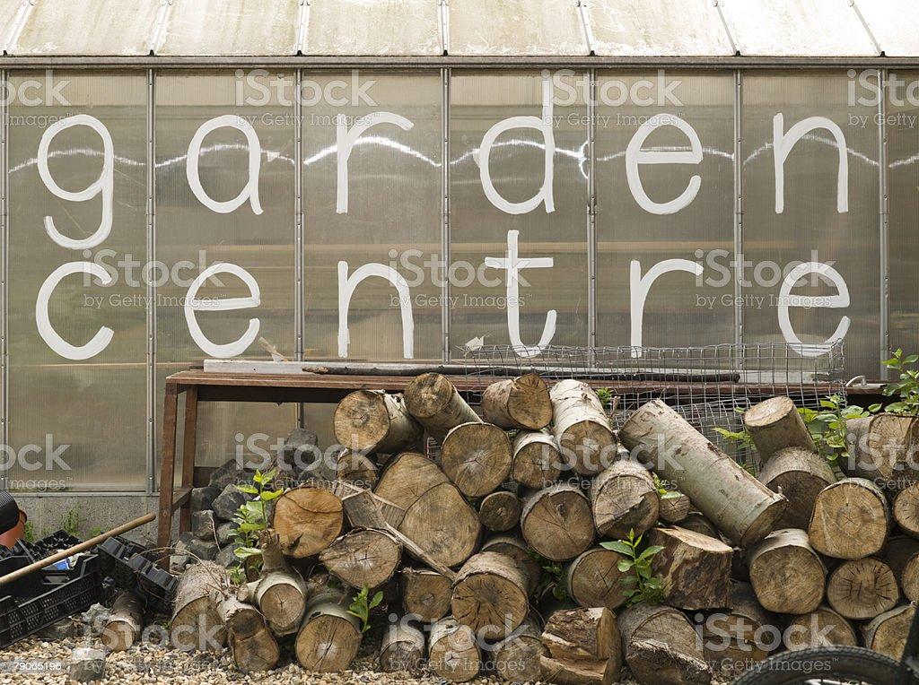 a 쌓다 로그 외부 정원의 상트르 royalty-free 스톡 사진