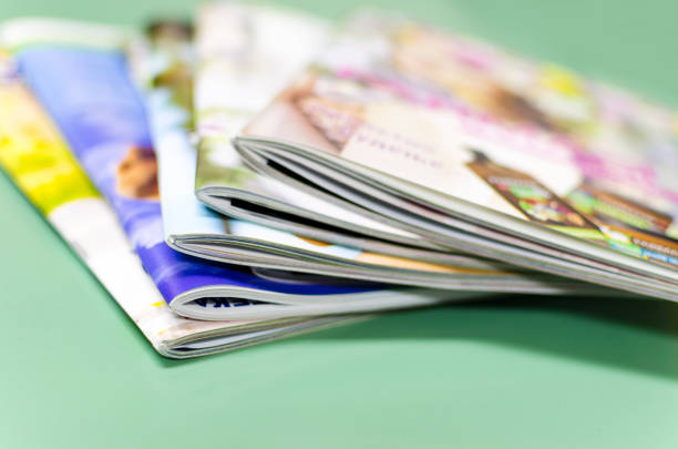 stack of magazines - illustrierte stock-fotos und bilder