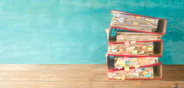 stapel von chaotisch ordner und dokumente, bürokratie konzept freiexemplar dateibereich - ringbuch stock-fotos und bilder