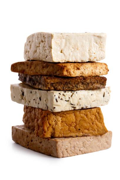 stapel von gemischten tofu blöcken isoliert auf weiss. - mariniertes tofu stock-fotos und bilder