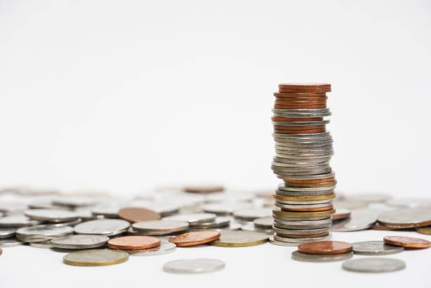 stapel von geld auf weißem hintergrund. - gebühr stock-fotos und bilder