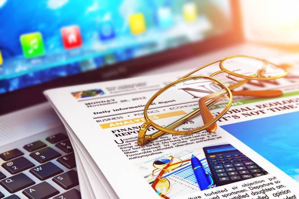 stapel zeitungen auf laptop und brillen - www kaffee oder tee stock-fotos und bilder