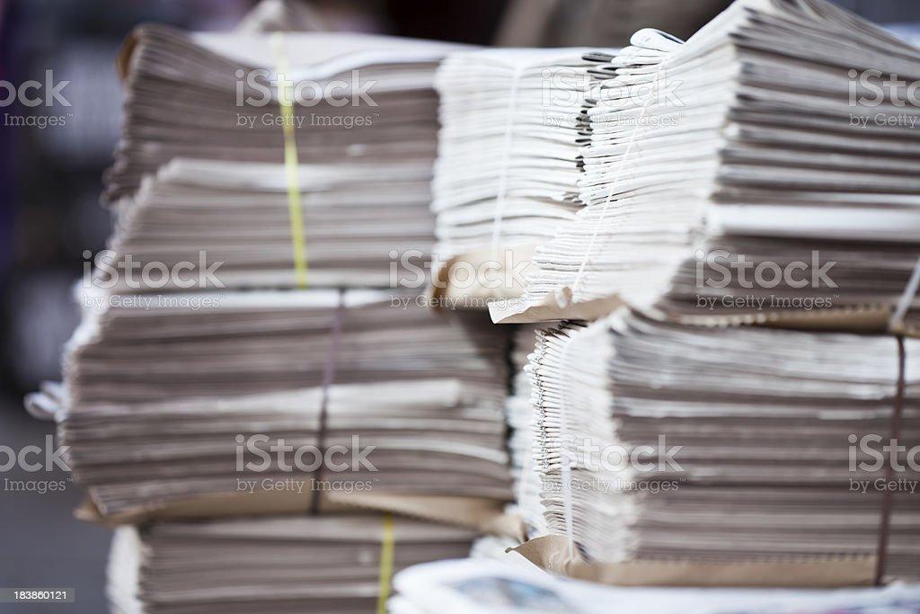Stapel Zeitungen auf street – Foto