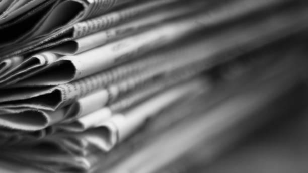 gazeteler yığını - newspaper stok fotoğraflar ve resimler
