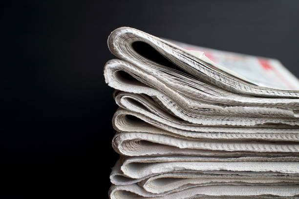 stack of newspapers - journal photos et images de collection