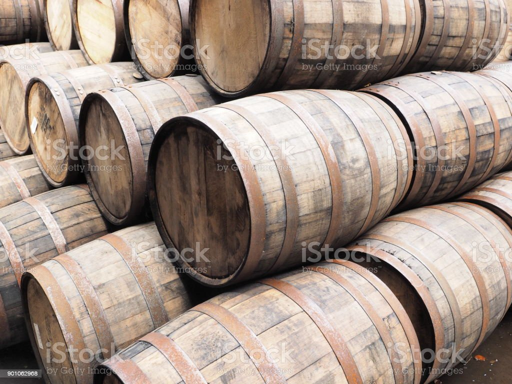 Pila de barricas de whisky, Escocia 2017 - foto de stock