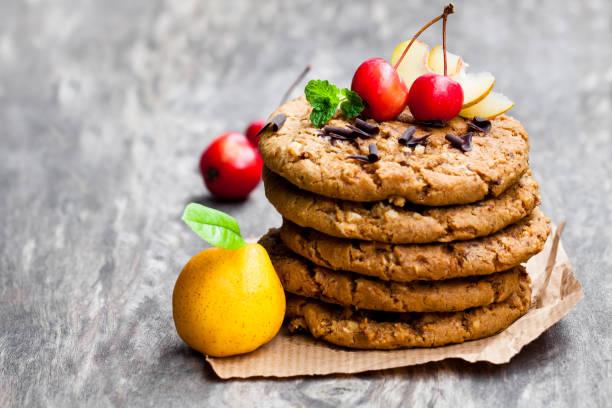 stapel von hafer-kekse mit quitte und wilde äpfel auf hölzernen hintergrund - quittenkuchen stock-fotos und bilder