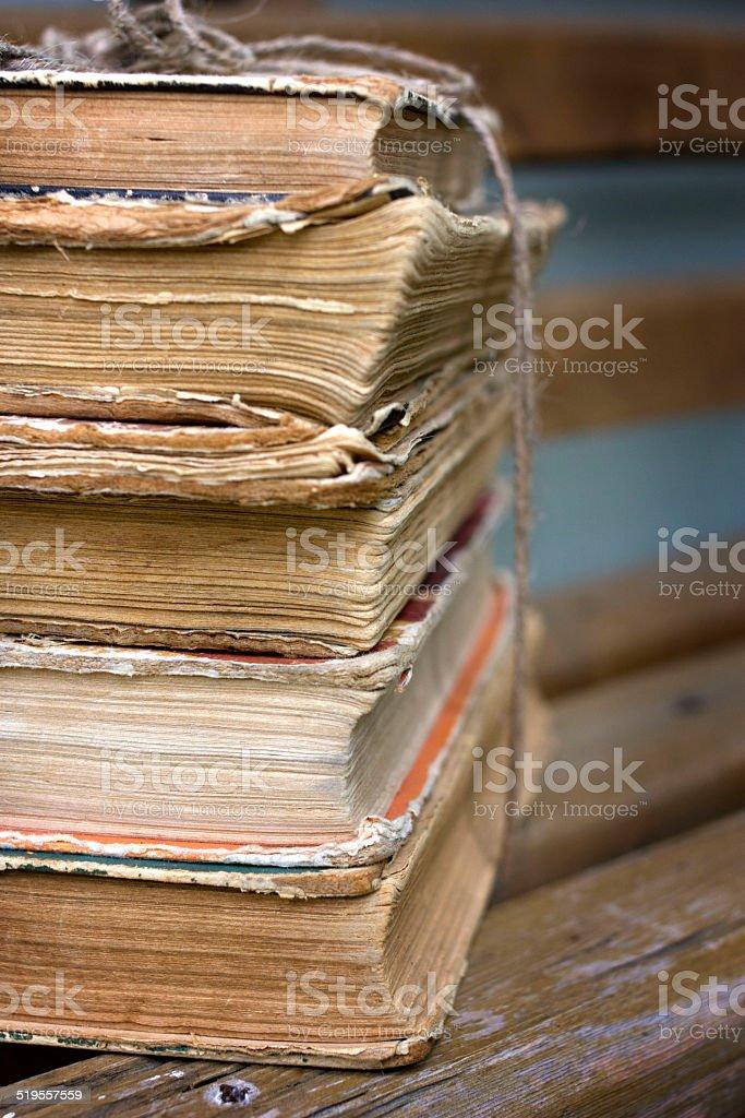 Stos starych książek na ławce – zdjęcie
