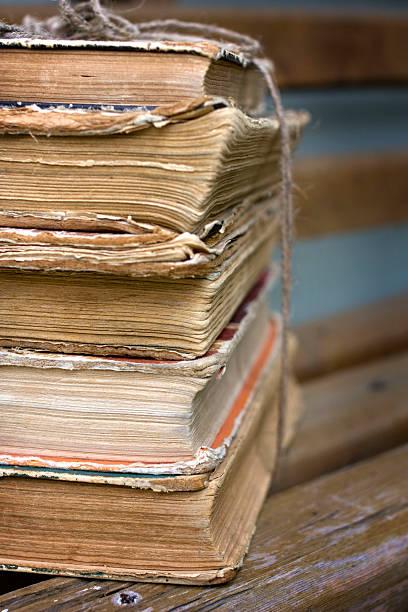 stos starych książek na ławce - back to school zdjęcia i obrazy z banku zdjęć