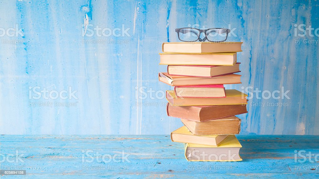 stack of old books with spectacles Lizenzfreies stock-foto