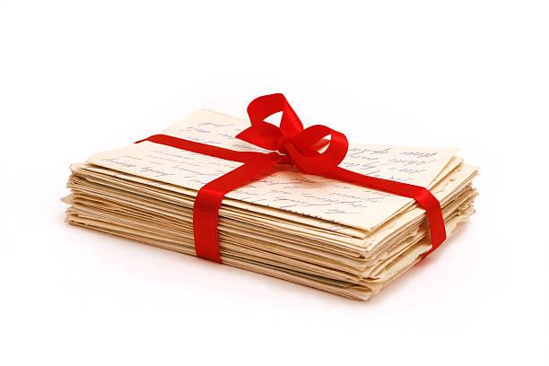 Pile de vieilles lettres d'amour et de ruban rouge collé - Photo