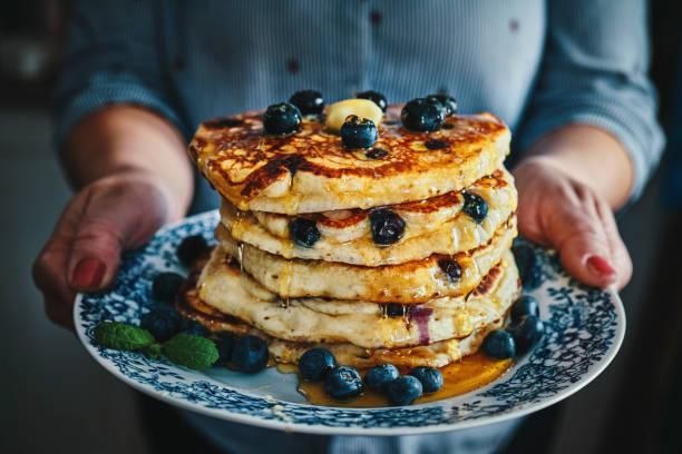 一堆煎餅,楓糖漿和新鮮藍莓 - 即食口糧 個照片及圖片檔