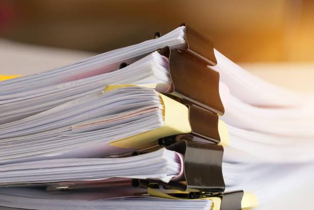 Stapel von Papier-Dokumenten mit Clip, Haufen von unvollendeten Dokumente auf Office Schreibtisch-Ordner. Business Papiere für Geschäftsbericht Dateien, Dokument abgefasst ist, vorgestellt. Business-Büros-Konzept. – Foto