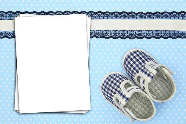 stapel papier laken auf blau gepunktete hintergrund - taufe texte stock-fotos und bilder