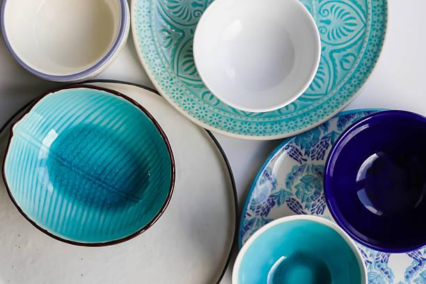 stack of plates and bowls - koleksiyon düzenleme stok fotoğraflar ve resimler