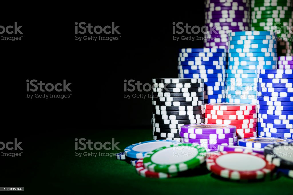 Stapel von Poker chips auf einem grünen Spieltisch Poker im Casino. Poker-Spiel-Konzept. Ein Spiel mit Würfeln. Casino-Konzept für geschäftliche Risiko Chance viel Glück oder Glücksspiel. Chips für Poker-Spiel – Foto