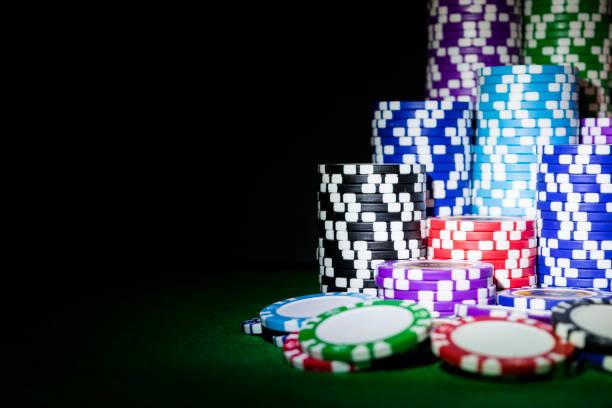 stapel von poker chips auf einem grünen spieltisch poker im casino. poker-spiel-konzept. ein spiel mit würfeln. casino-konzept für geschäftliche risiko chance viel glück oder glücksspiel. chips für poker-spiel - filzunterlage stock-fotos und bilder