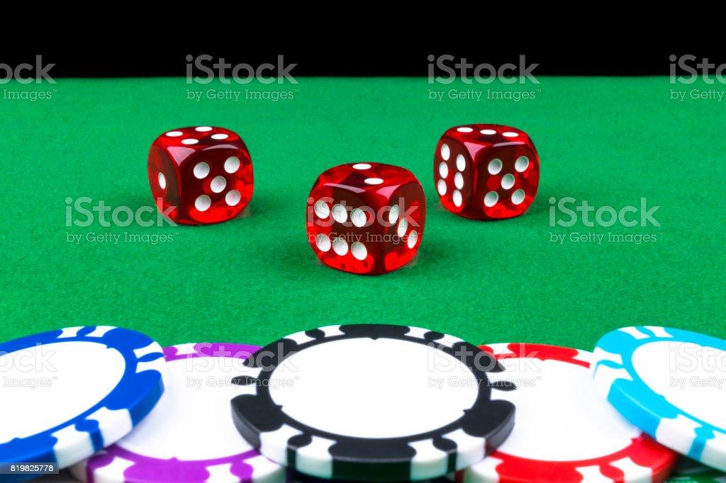 Fotografia De Pila De Poker Fichas En Una Mesa De Poker Verde Juegos