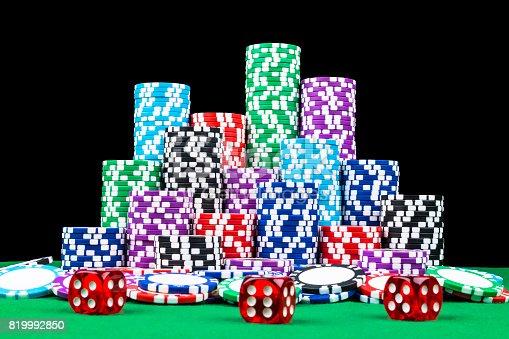 Istock Pila De Poker Fichas Sobre Una Mesa De Poker Verde Juegos De