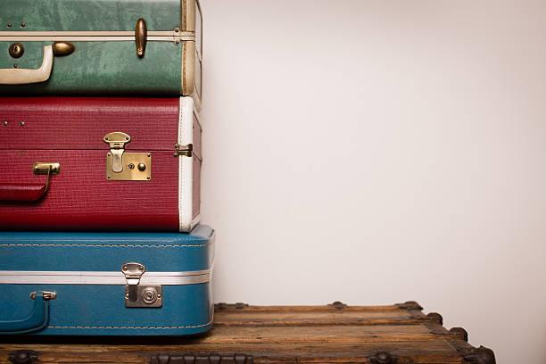 pilha de retro malas, sentado na madeira, com espaço para texto - viagens anos 70 imagens e fotografias de stock