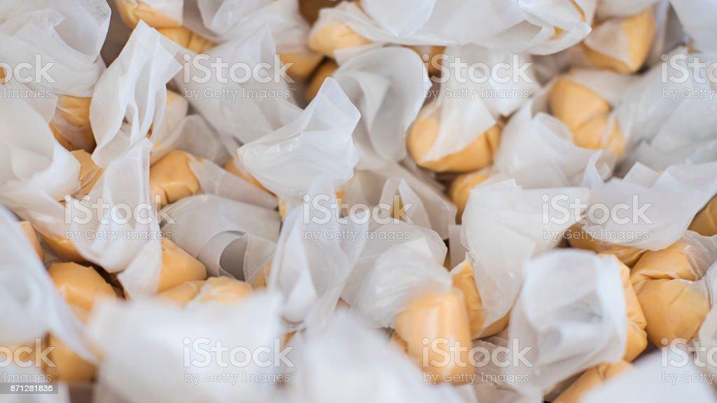 Pila de chicloso de agua salada, delicioso y suave, envuelto en papel encerado en una tienda de caramelos en San Francisco, California - foto de stock