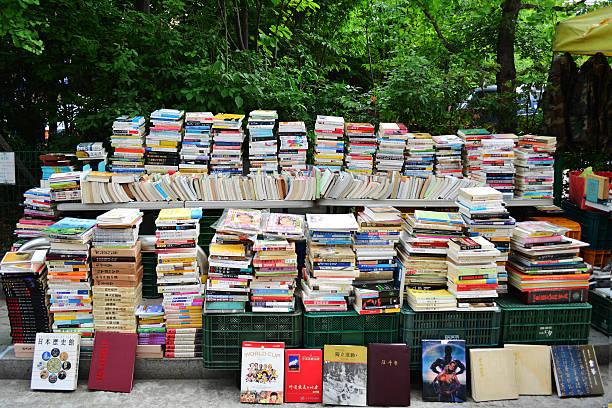 stack of second hand books - gebrauchte bücher verkaufen stock-fotos und bilder