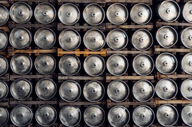 stapel von glänzenden bierfässer - bierfass stock-fotos und bilder