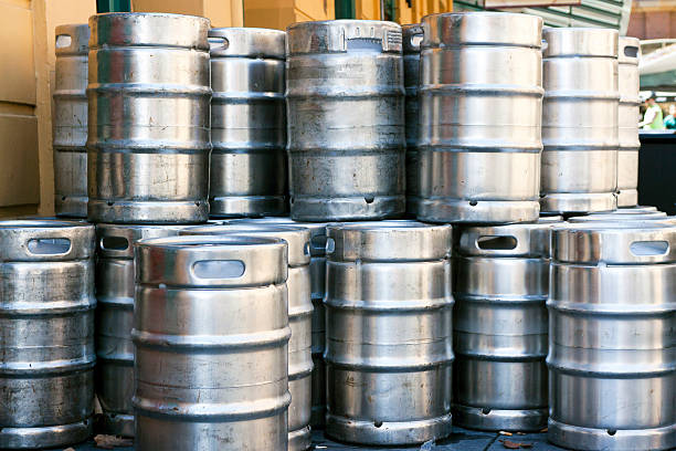 stack of shiny stainless steel beer kegs outside of pub - 桶 個照片及圖片檔
