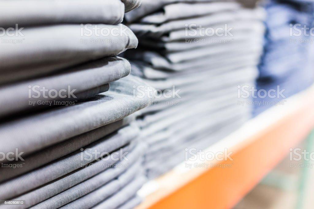 Pilha de camisas ou calças na loja macro closeup - foto de acervo