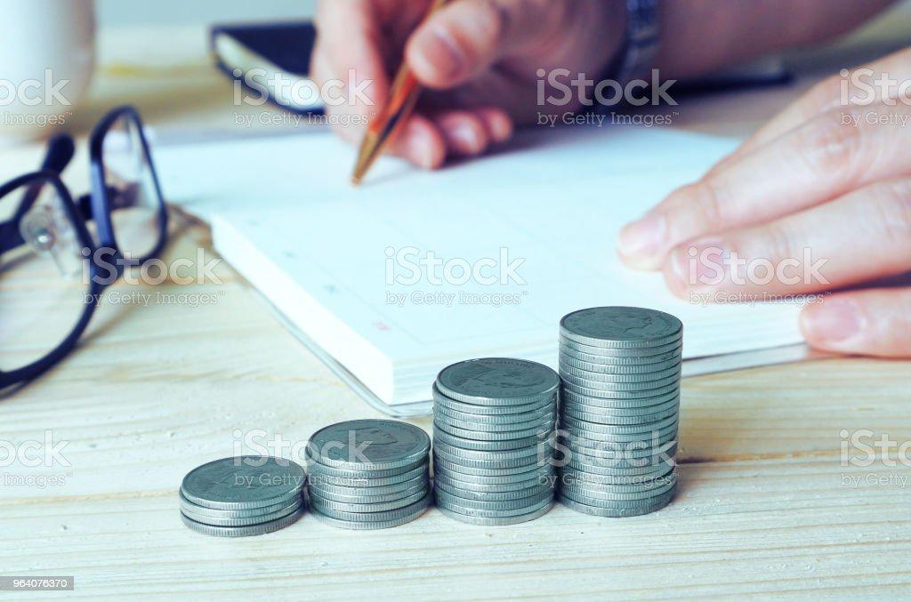 作業テーブルの金融概念に銀貨のスタック。 - コンセプトのロイヤリティフリーストックフォト