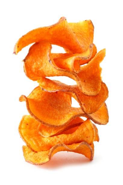 stapel von süßkartoffel-chips, die isoliert auf weiss - gemüsechips stock-fotos und bilder