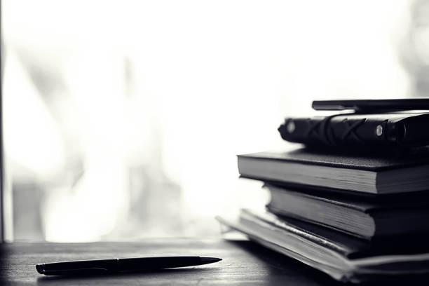 テーブルの上の教科書のスタック - 過去 ストックフォトと画像