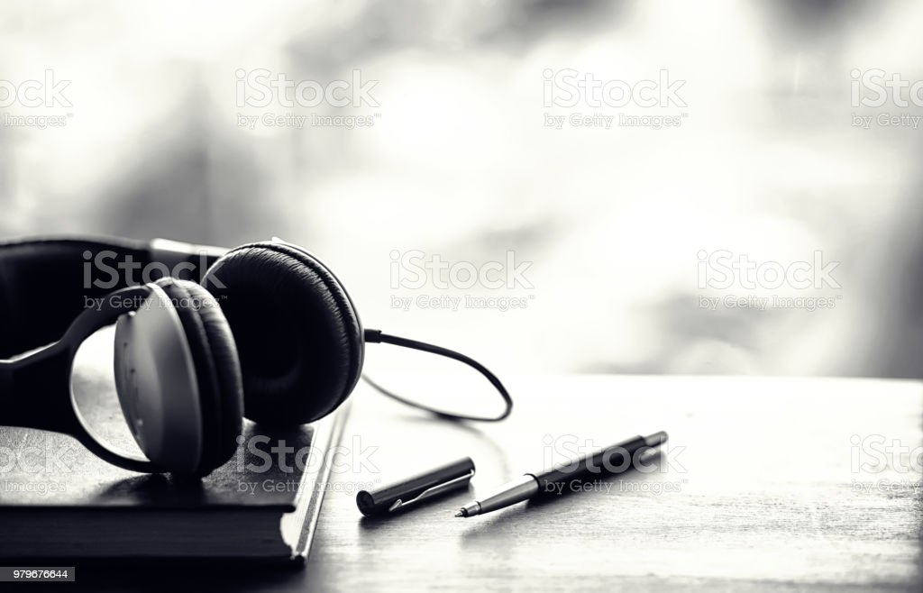 Uma pilha de livros didáticos com fone de ouvido - foto de acervo