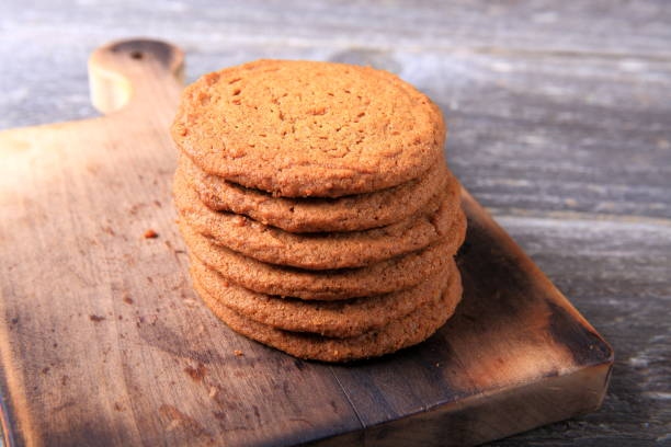 stapel der ingwer cookies - low carb kekse stock-fotos und bilder