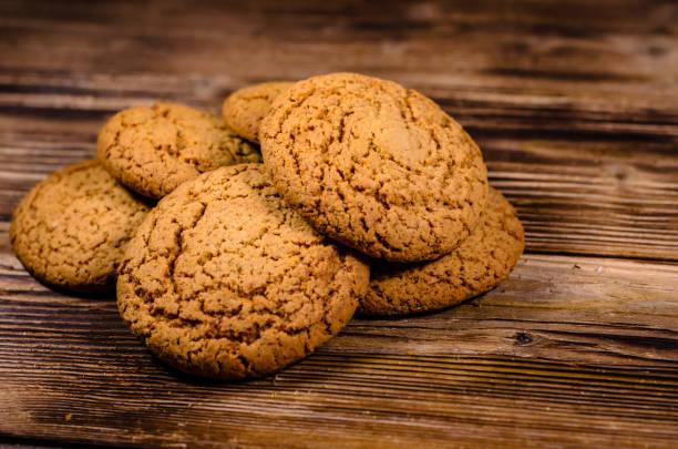 stapel von haferflocken cookies auf holztisch - low carb kekse stock-fotos und bilder