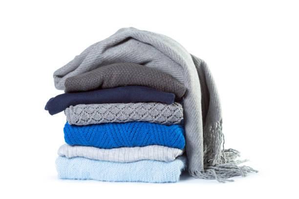 stapel verschillende truien geïsoleerd op witte achtergrond - deken stockfoto's en -beelden