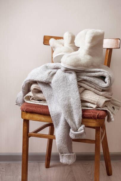 stapel warme kleidung - fleecepullover stock-fotos und bilder